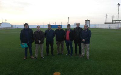 Instalación césped artificial en el campo de fútbol del Priorato en Lora del Río.